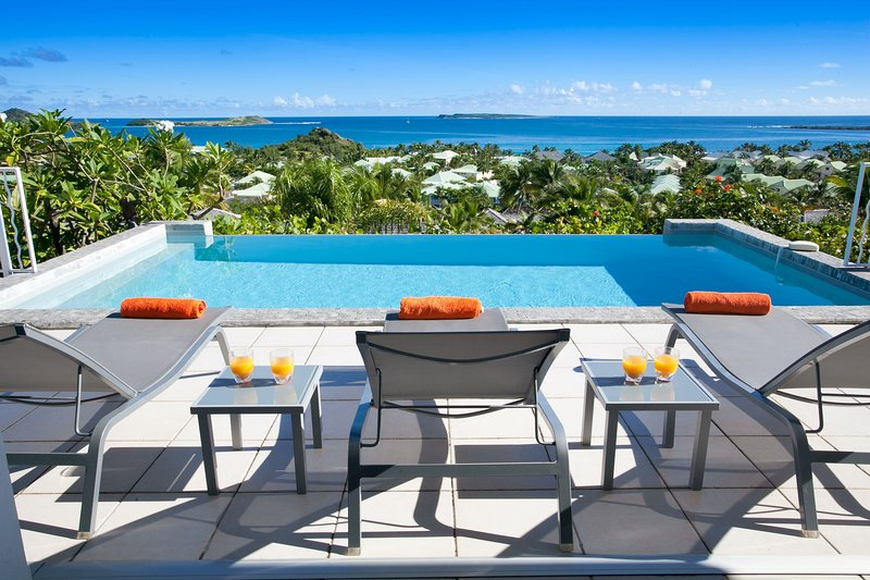 LA SARABANDE...Romantic private 3 BR with gorgeous views of Orient Bay!, holiday rental in Orient Bay
