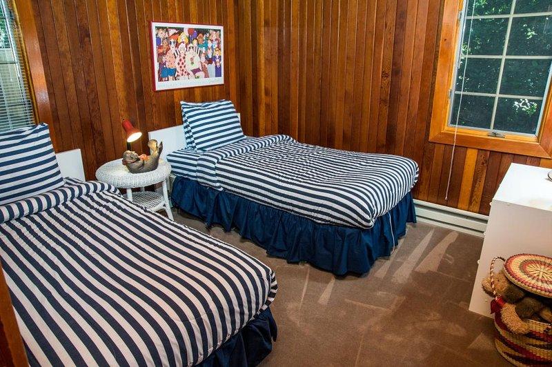 Alto nivel de dormitorio: amueblado w / 2 camas individuales y una cómoda. Capacidad para 2 personas.