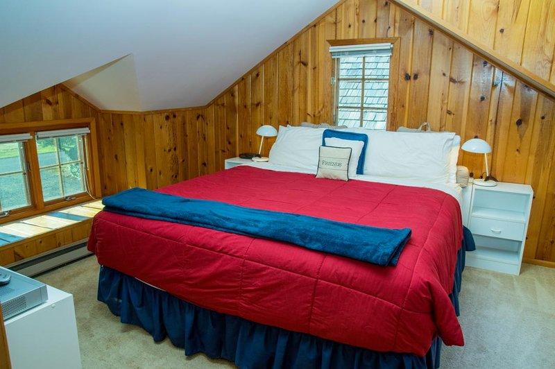Habitación del segundo piso principal: cama king size, TV de pantalla plana, cable, y el espacio de tocador.