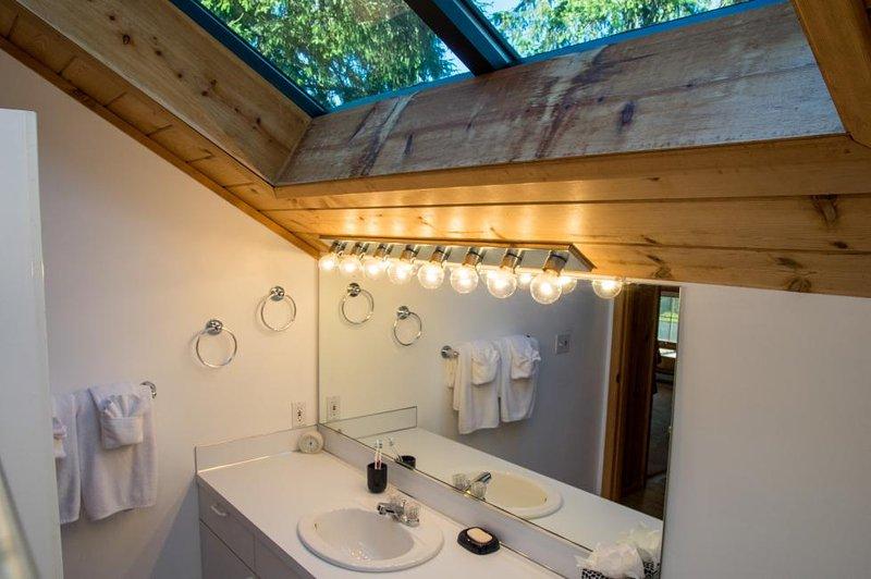 Baño de arriba: baño completo con ducha / bañera y grandes luces del cielo.