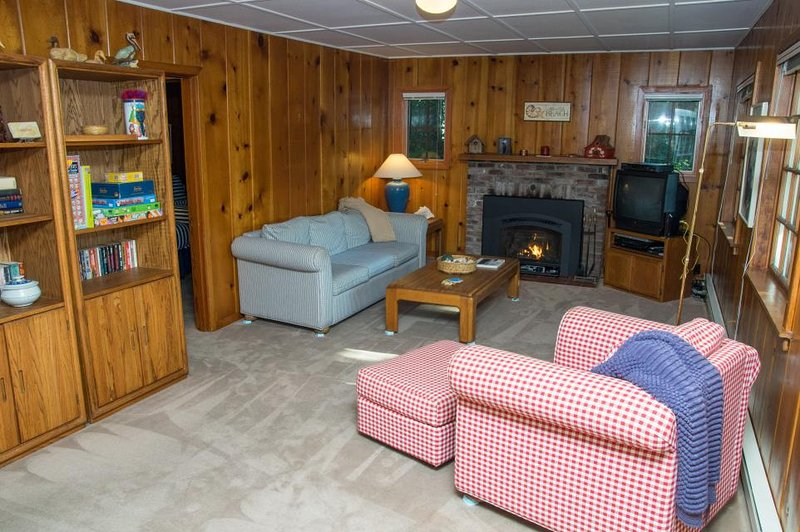 sala de estar con cómodos sofás, chimenea, TV de pantalla plana, Wi-Fi y por cable.