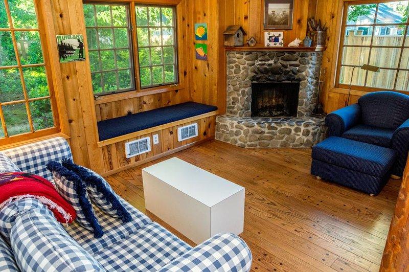 Una de 2 salas de estar; Diseño de estar abierta con chimenea y techos abovedados.