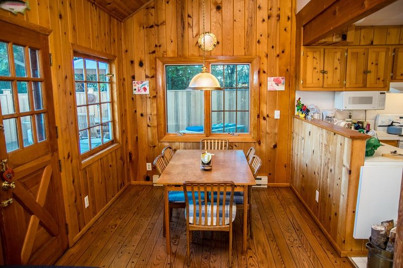 Zona de comedor, con techos abovedados y paredes de pino.