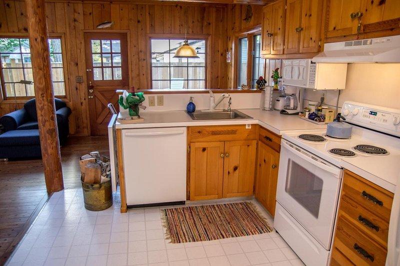 cocina abierta con comedor y sala de estar en el fondo.
