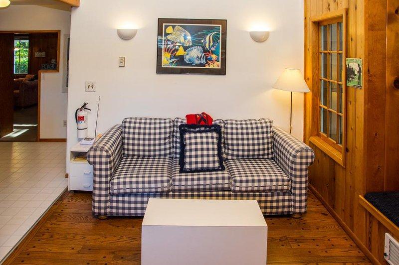 sala de estar concepto abierto linda con las salas de cocina / comedor que crean amplitud