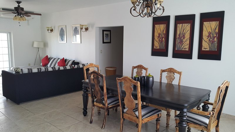 RED CLOVER SPACIOUS CLEAN AND CLOSE TO THE BEACH., alquiler vacacional en Long Bay Beach