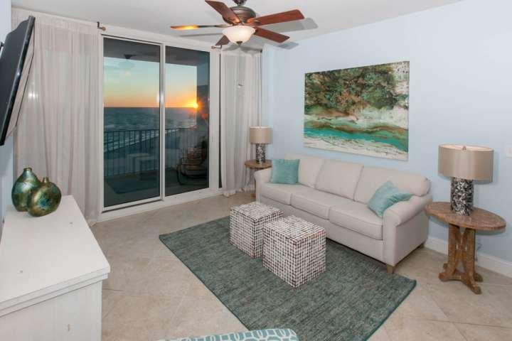 Piastrella soggiorno con divano letto e accesso al balcone alla vista frontale del Golfo