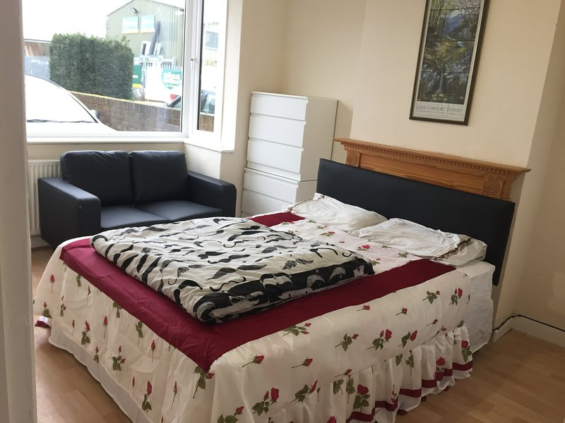 LOVELY DOUBLE ROOM IN A PRIVATE HOUSE WITH GARDEN, location de vacances à Ewell