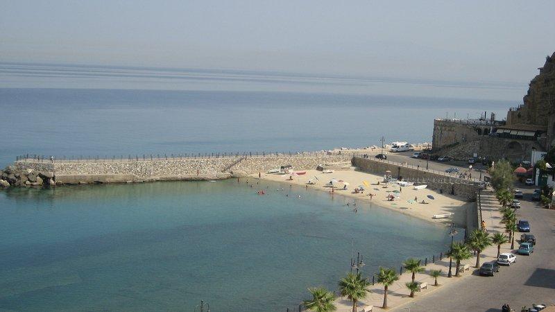 Attico con terrazza sul Mare - unique view, alquiler vacacional en Vibo Valentia