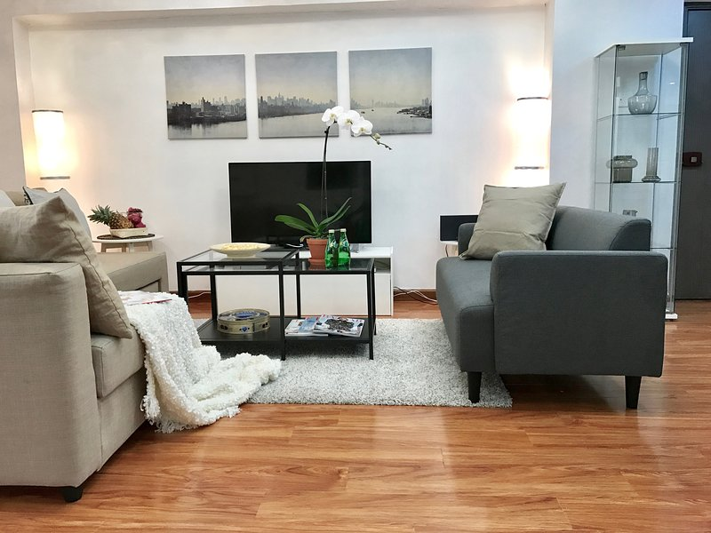 EUROPEAN STYLE!! 3 BEDROOMS/ 4 BEDS/ 2BATH/ NATHAN ROAD at Yau Ma Tei SUBWAY!!, vacation rental in Hong Kong