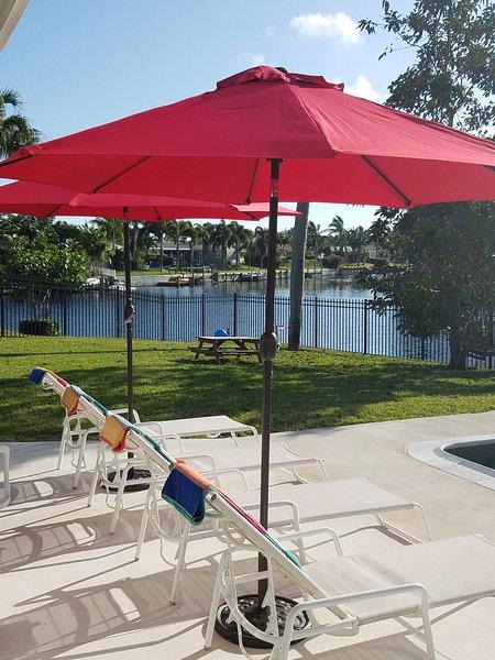 Disfrutar de las vistas mientras se relaja en la piscina