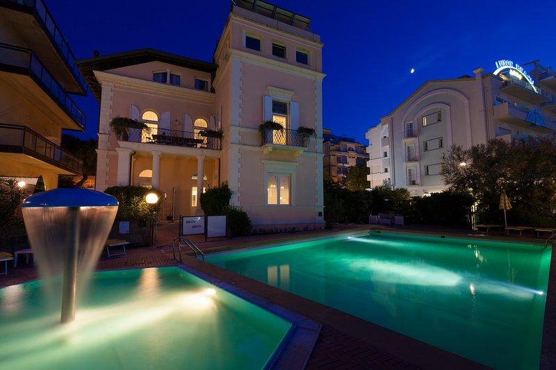 noche Villa Fiorita con piscinas vista desde la playa