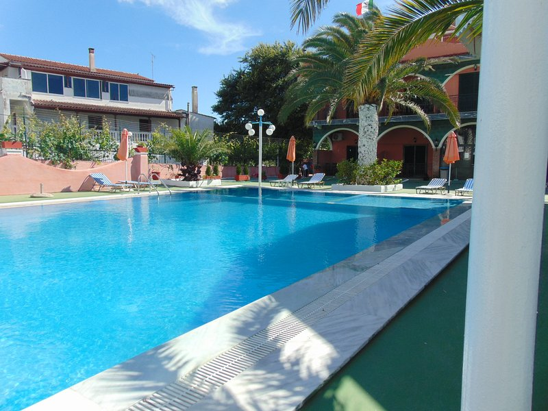 3 self-catered studios for 14 p. with pool & free pick up on arrival, location de vacances à Temploni