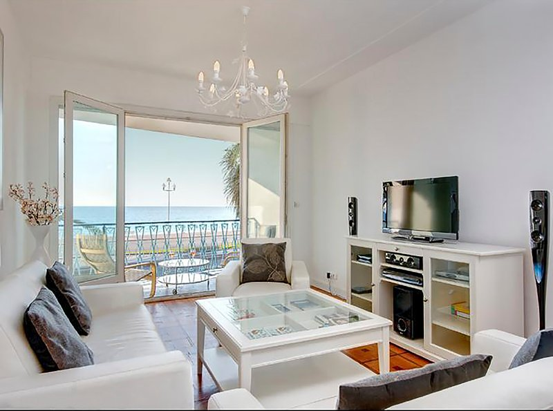 Lounge with view of the Baie des Anges and the Promenade Anglais. Air conditioned, electric shutters