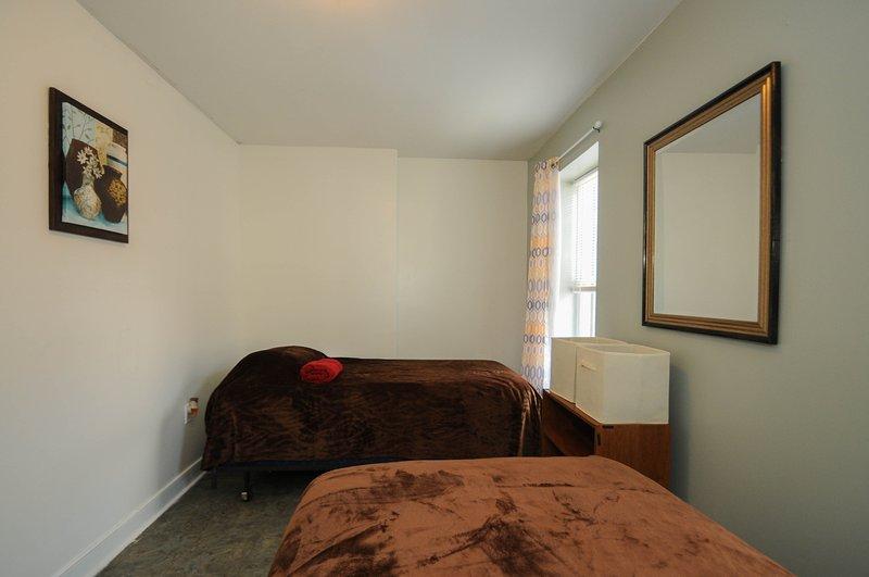 2 dormitorios con dos camas individuales, cada sueño 1, entrada privada, closet y ventanas que dan al exterior