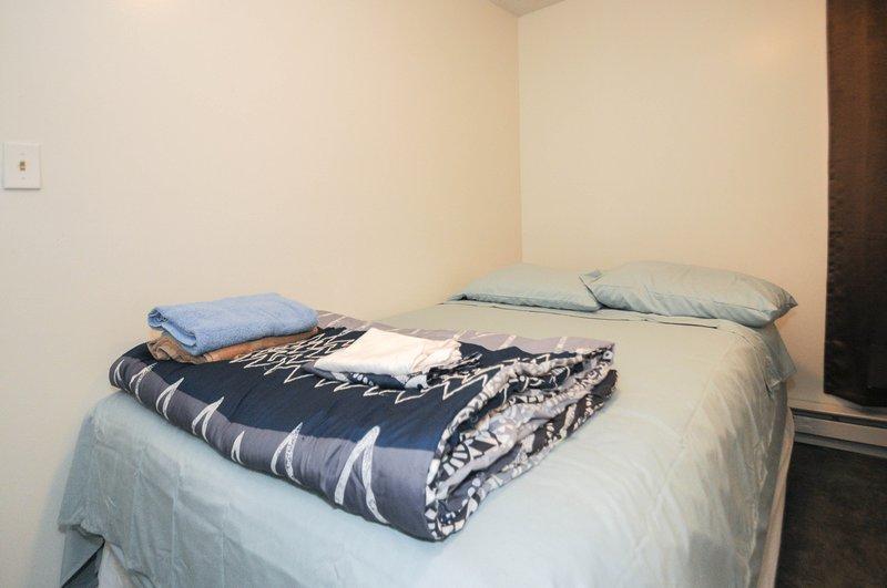 cama de tamaño completo en el dormitorio 1, ropa de cama y tranquilidad proporcionada.