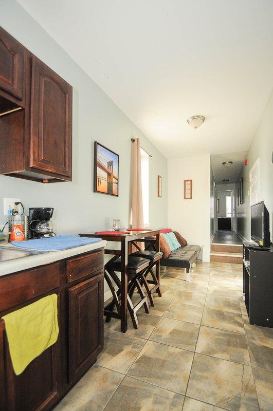 Diseño agradable, limpio, moderno y cómodo. Comer en la cocina, sala de TV cómoda y comedor