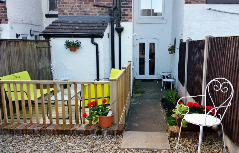 Private parking, 1.5km Chester centre, sleeps 5/6 in lovely town house. Hotel linen & towels, wifi