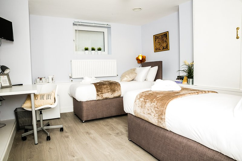 Holywell - Double/Twin Room - Separate Private Bathroom, vacation rental in Eastbourne
