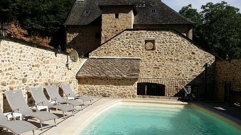 Superbe gîte CHARLU 5* avec piscine privée et chauffée, holiday rental in Gros-Chastang