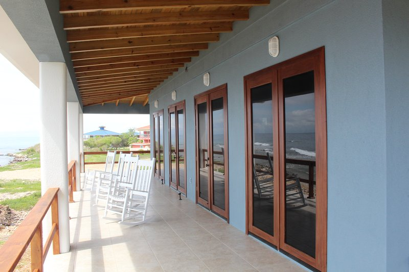 Brand New Oceanfront Home - Walk Out Diving & Snorkeling, casa vacanza a Utila