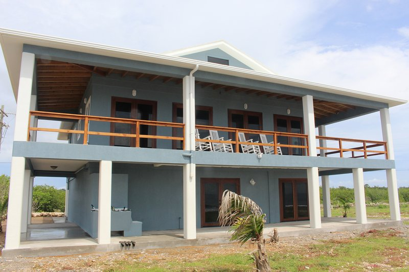 Oceanfront Home with Private Studio Apt - Walk Out Diving & Snorkeling, casa vacanza a Utila