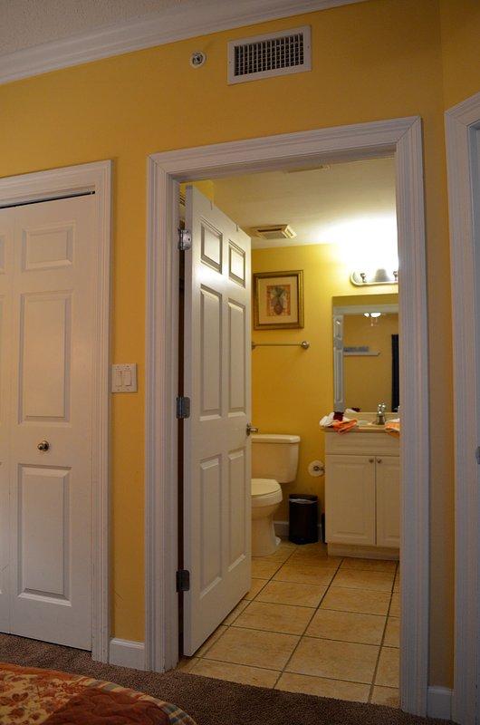 porte de salle de bains de la chambre