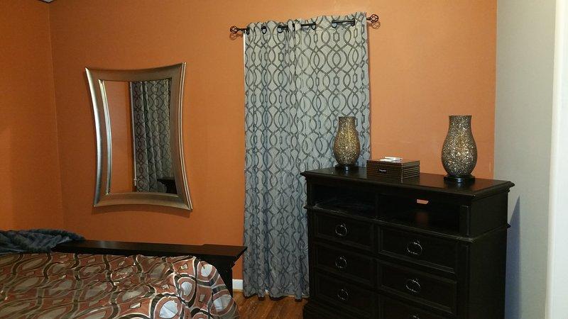 De master bedroom is gezellig en u zult genieten van een goede nachtrust op traagschuim.
