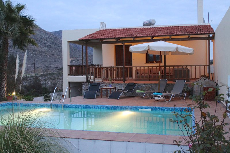 VACATION VILLA FELIA WITH PRIVATE POOL 200M TO THE BEACH STAVROS IN CHANIA CRETE, alquiler vacacional en Stavros