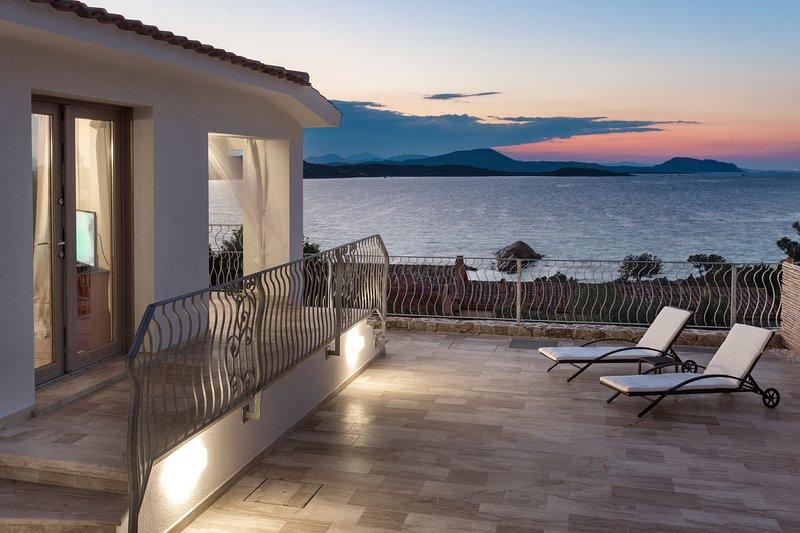 Villa Astrea Alba con piscina privata ad un passo dal mare cristallino, holiday rental in Monte Petrosu