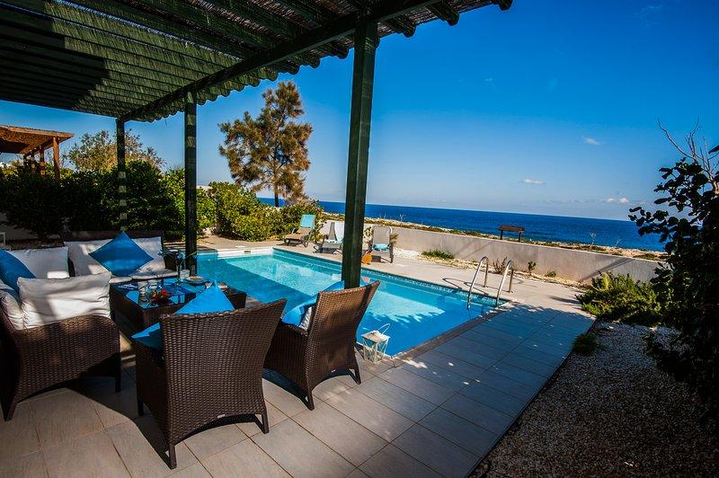 Front Line excelente vistas al mar desde el patio y la piscina