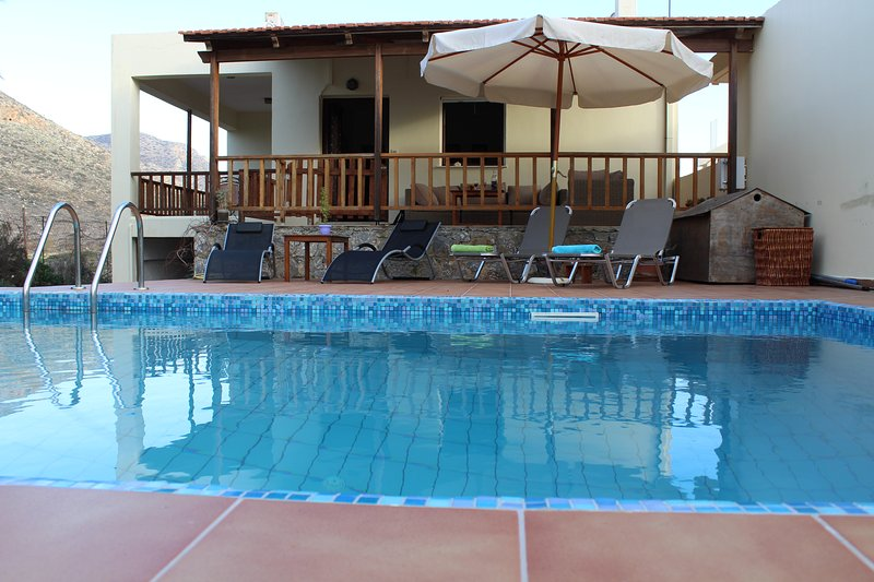VACATION VILLA FELIA1 WITH PRIVATE POOL 200M FROM SANDY BEACH/STAVROS/CHANIA/CRE, alquiler vacacional en Stavros