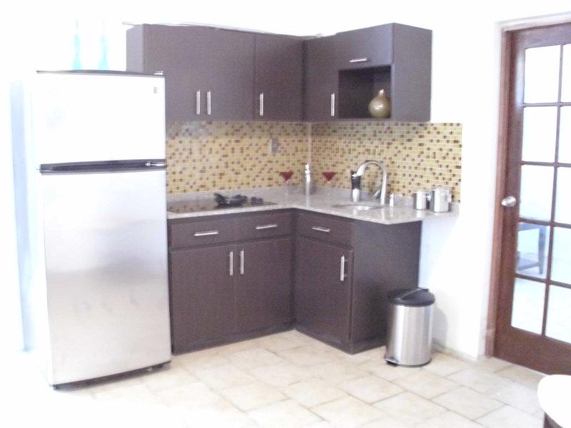 Cozinha totalmente equipada com geladeira de aço inox, microondas e fogão
