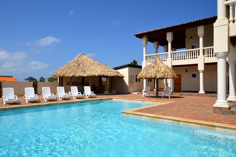 Luxurious Private Villa & Pool Kamay Hills located close to Palm Beach!, location de vacances à Noord