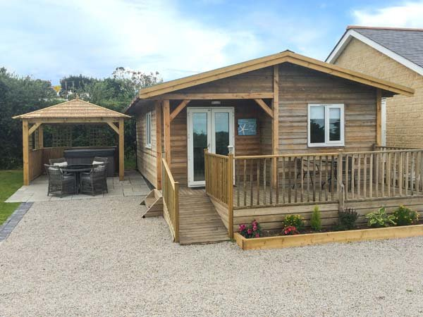 HEBASK, detached lodge, pet-friendly, hot tub, good touring, in St Day, Ref, holiday rental in Come to Good