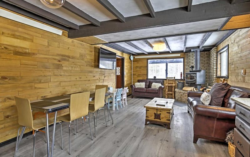 Soggiorno - grande schermo TV, pioppi da ogni finestra, comodi divani per raggomitolarsi su!