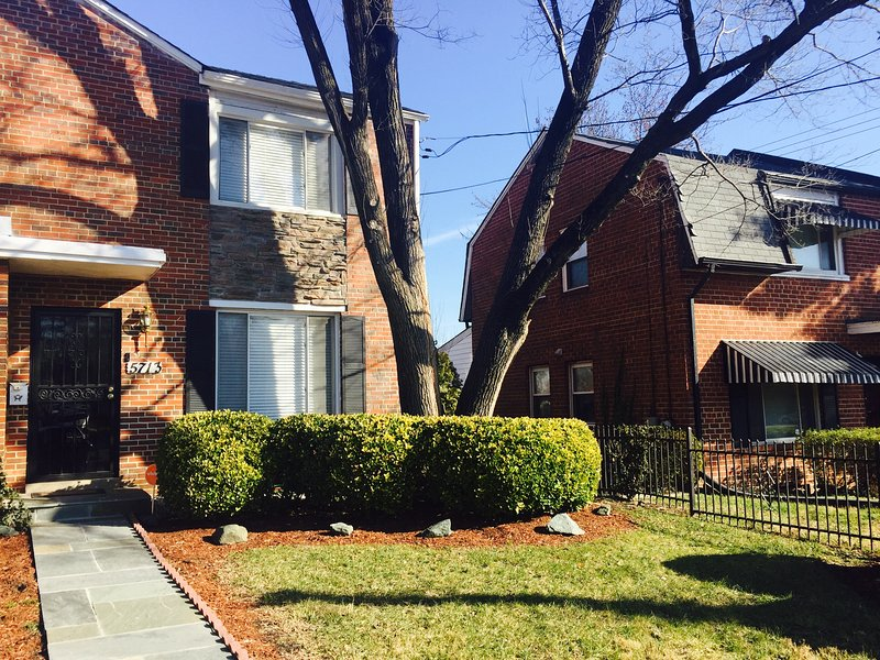 57Thirteen: Make vacation plans!  Free WiFi, Parking, Walk to Metro & Walmart!, vacation rental in Hyattsville
