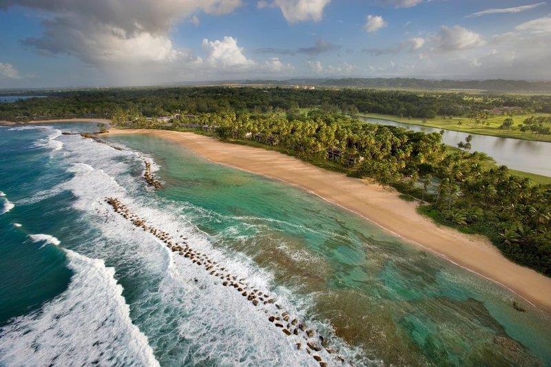 Dorado Beach-millas de playas de arena blanca cerca de la ciudad de Dorado cerca.