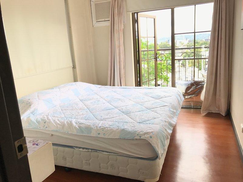 Esta es la cama más grande. cómodo. ropa de cama y sábanas limpias adicionales en el interior del armario de cajones