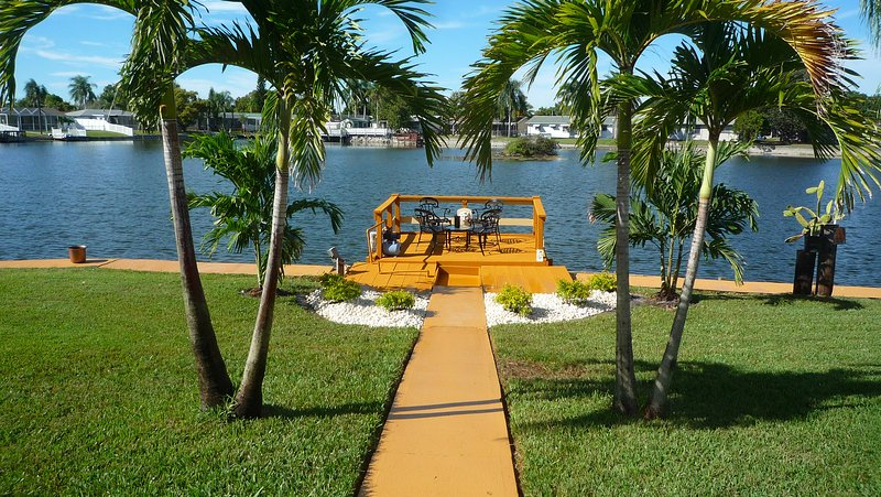 Majestic 2BR 2BA Holiday Waterfront Property W/ High Speed Internet,Private Dock, holiday rental in Trinity
