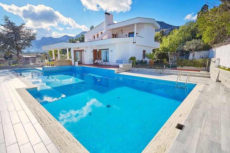Villa Hermosa with pool and sea view, alquiler vacacional en Sant'Onofrio