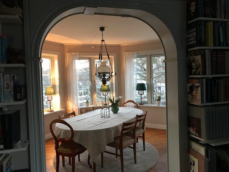 sala de jantar à noite.