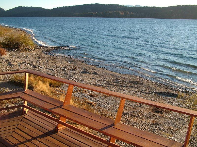 Recreatief plaats op de oever van het meer