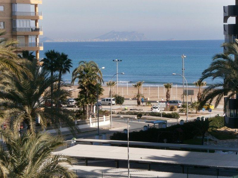 Vista frontal a la bahía desde la terraza del apartamento, a 2 minutos andando de la playa)