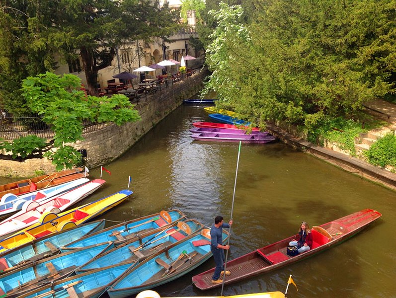 Magdalen bridge punting-10 minutes' walk from the apartment