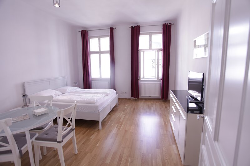 Bright apartment right on the Augarten, holiday rental in Hagenbrunn