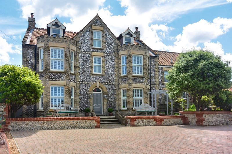 Salisbury House Sheringham - 250yds to the beach!, holiday rental in Sheringham