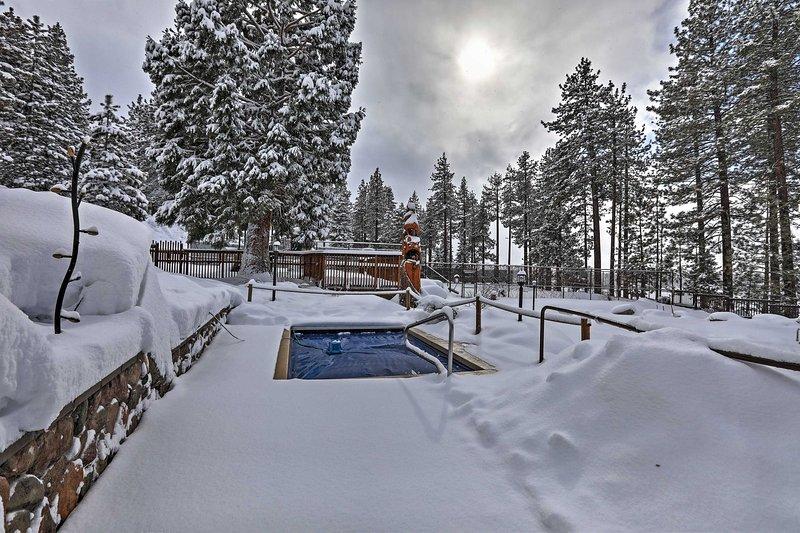 Después de un día nevado, disfrute de un baño humeante en el jacuzzi de la comunidad.