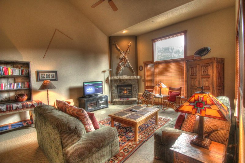SkyRun Property - '2336 Red Hawk TwnHms' - Living Room - Living room features vaulted ceilings and big windows, new furniture, flat screen TV.