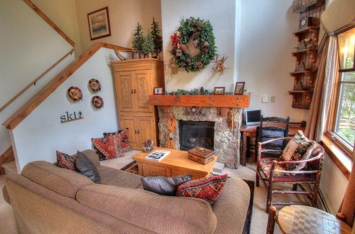 SkyRun Property - '1841 Seasons Townhomes' - Living Room - Beautifully decorated with a cozy mountain decor, this spacious multi-story townhome leaves out no detail. The airy and bright living room features dramatic 20' cathedral ceilings with mountain an